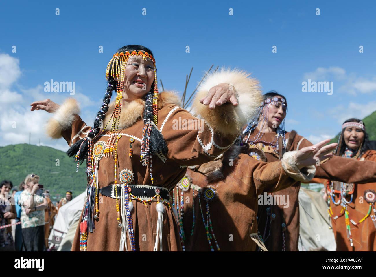 Frauen in den nationalen Kleidung Ureinwohner Kamtschatkas Ausdruck tanzen. Öffentlichen Konzert nationalen Folklore Gruppe auf Fishermans Tag Stockfoto