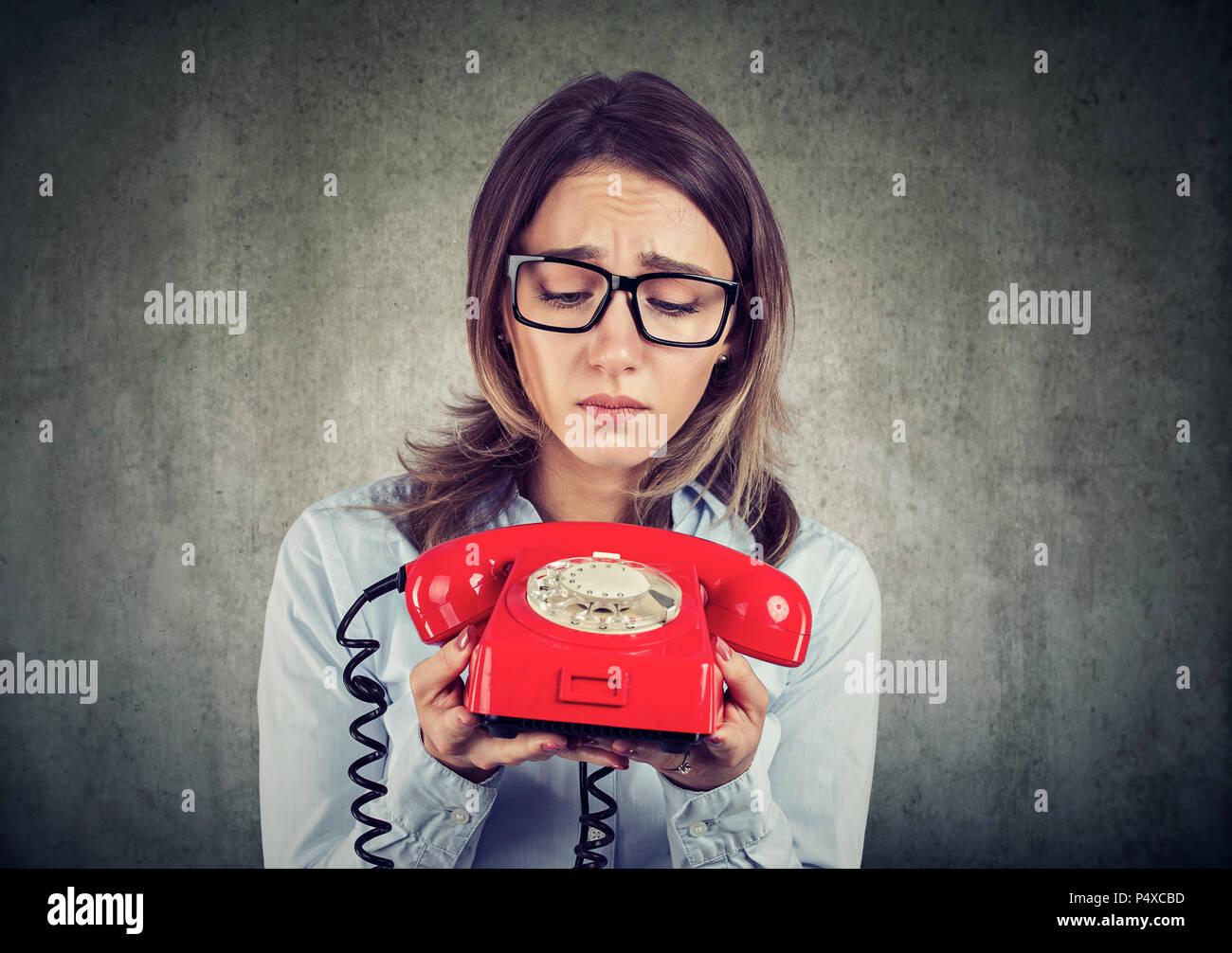 Traurige verzweifelte Business woman warten auf einen Anruf Stockbild