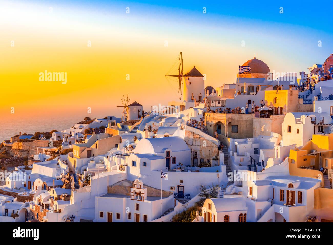 Sonnenuntergang in Oia, Santorini, Griechenland. Traditionelle und berühmte weisse Häuser und Kirchen mit blauen Kuppeln auf die Caldera, Ägäis. Stockbild