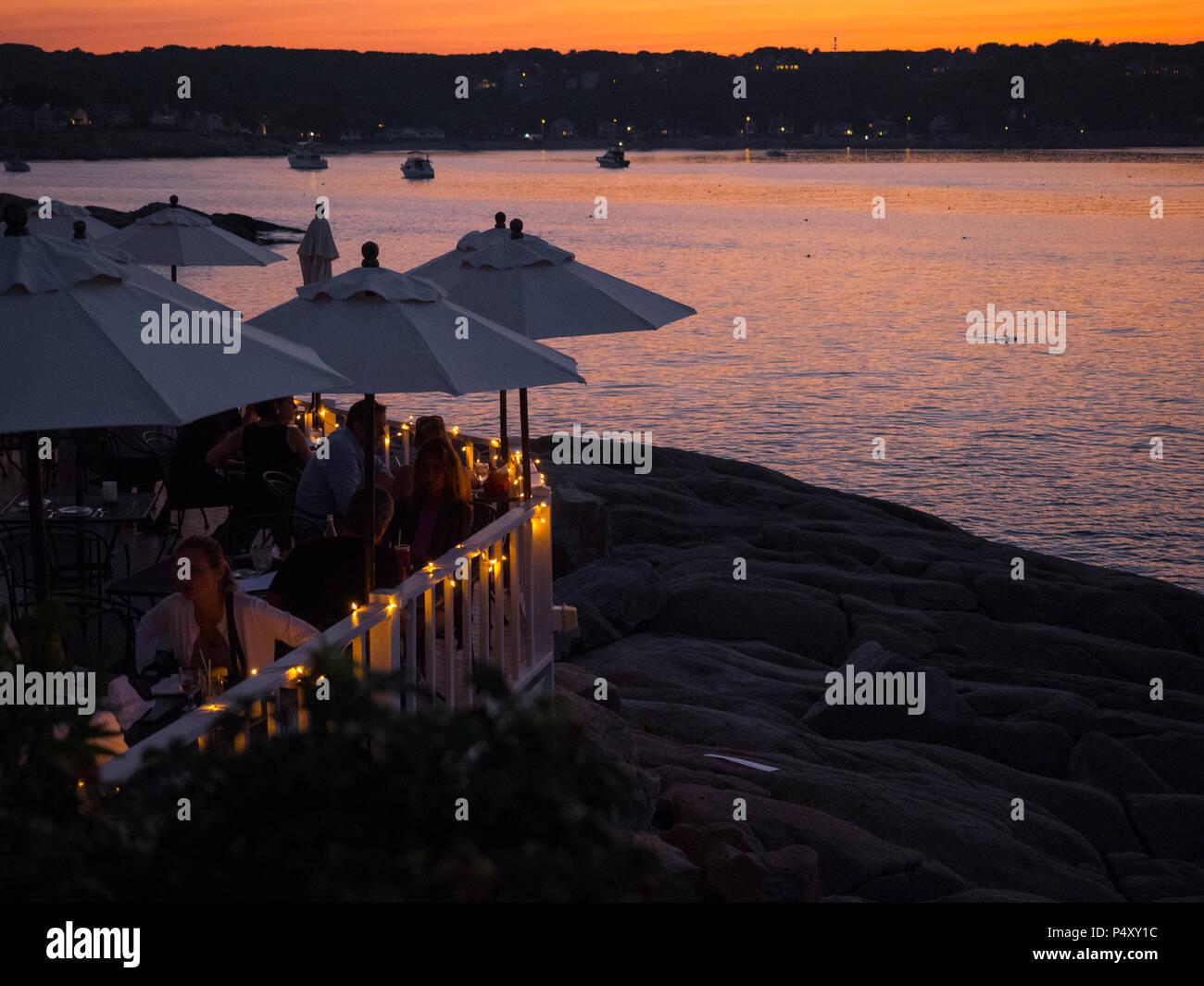 Sonnenuntergang über dem Wasser auf meinen Platz am Meer Restaurant in Rockport, MA. Stockbild