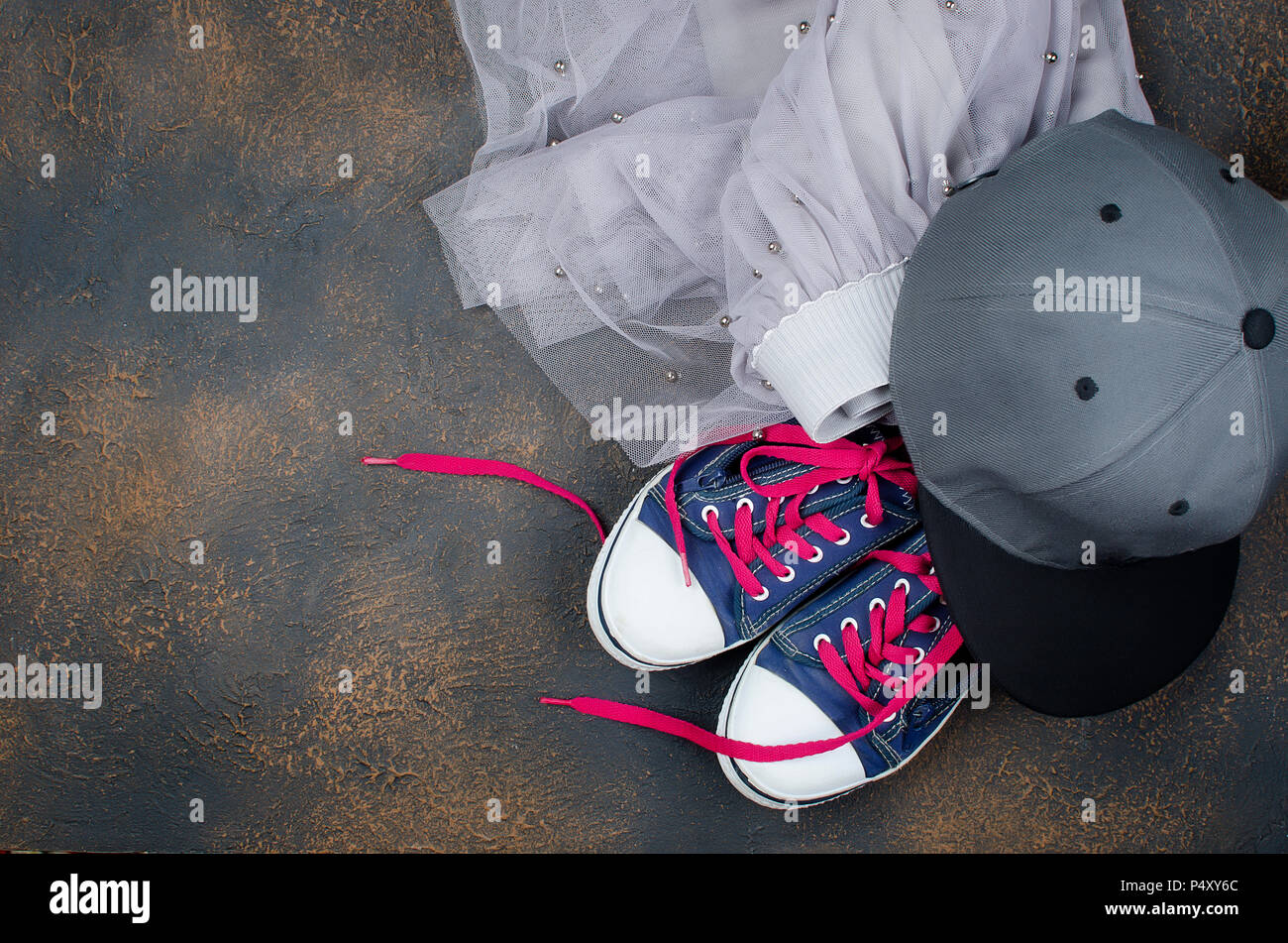 watch be688 215f1 Sport Schuhe, Chiffon Rock und Baseball Cap auf dunklem ...