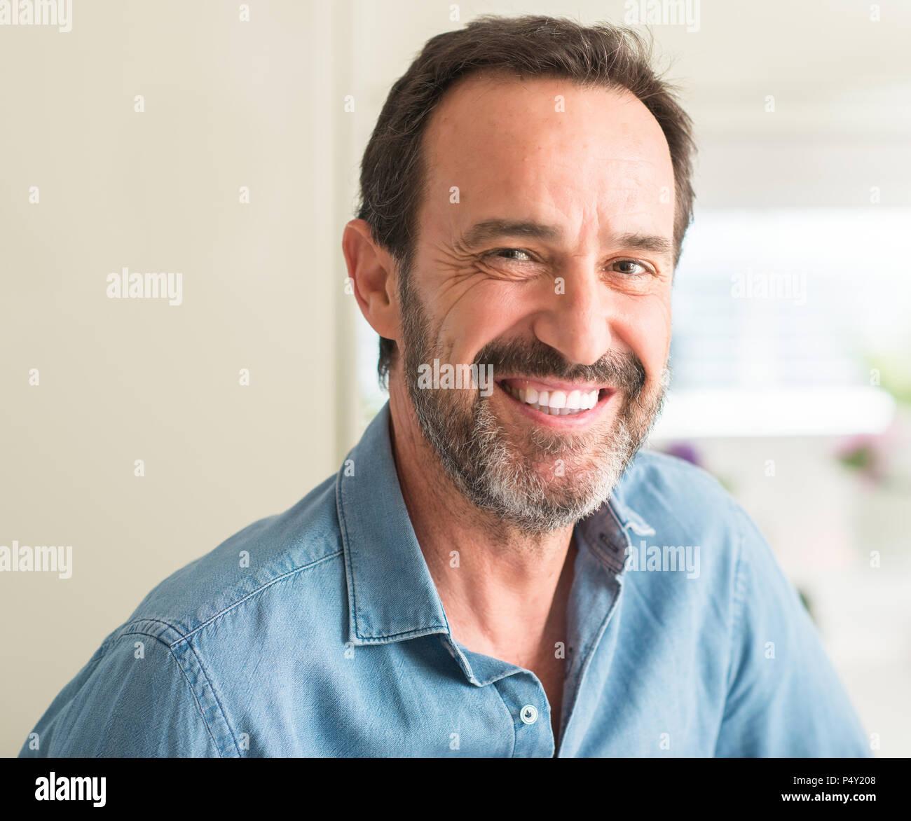 Gut Aussehender Mann Mittleren Alters Mit Einem Glücklichen Gesicht