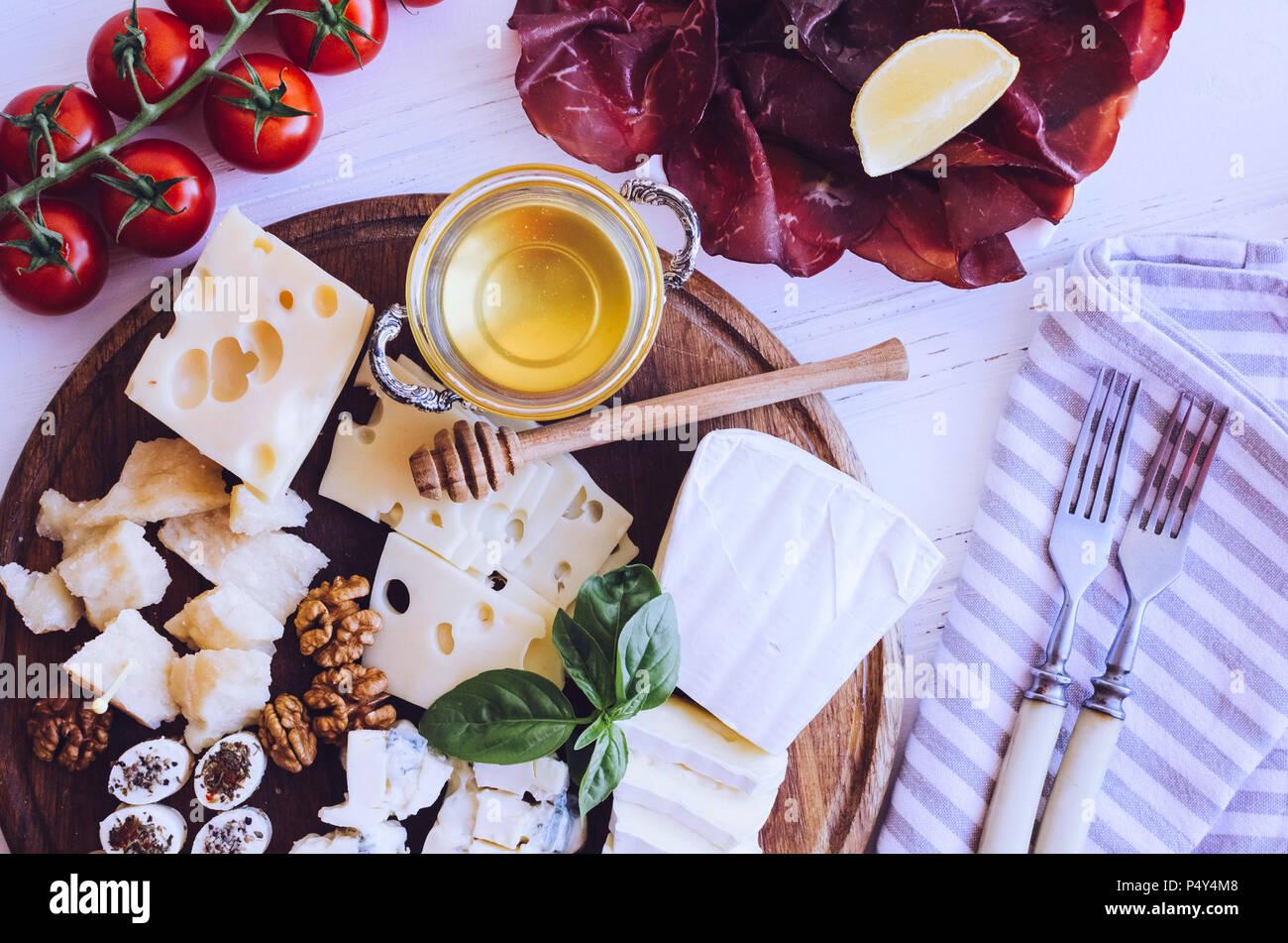 Tabelle mit mediterranen Vorspeisen, Tapas und Antipasti. Verschiedene italienische Küche. Leckerer Snack auf Party oder Picknick. Schneidbrett mit mir Stockbild