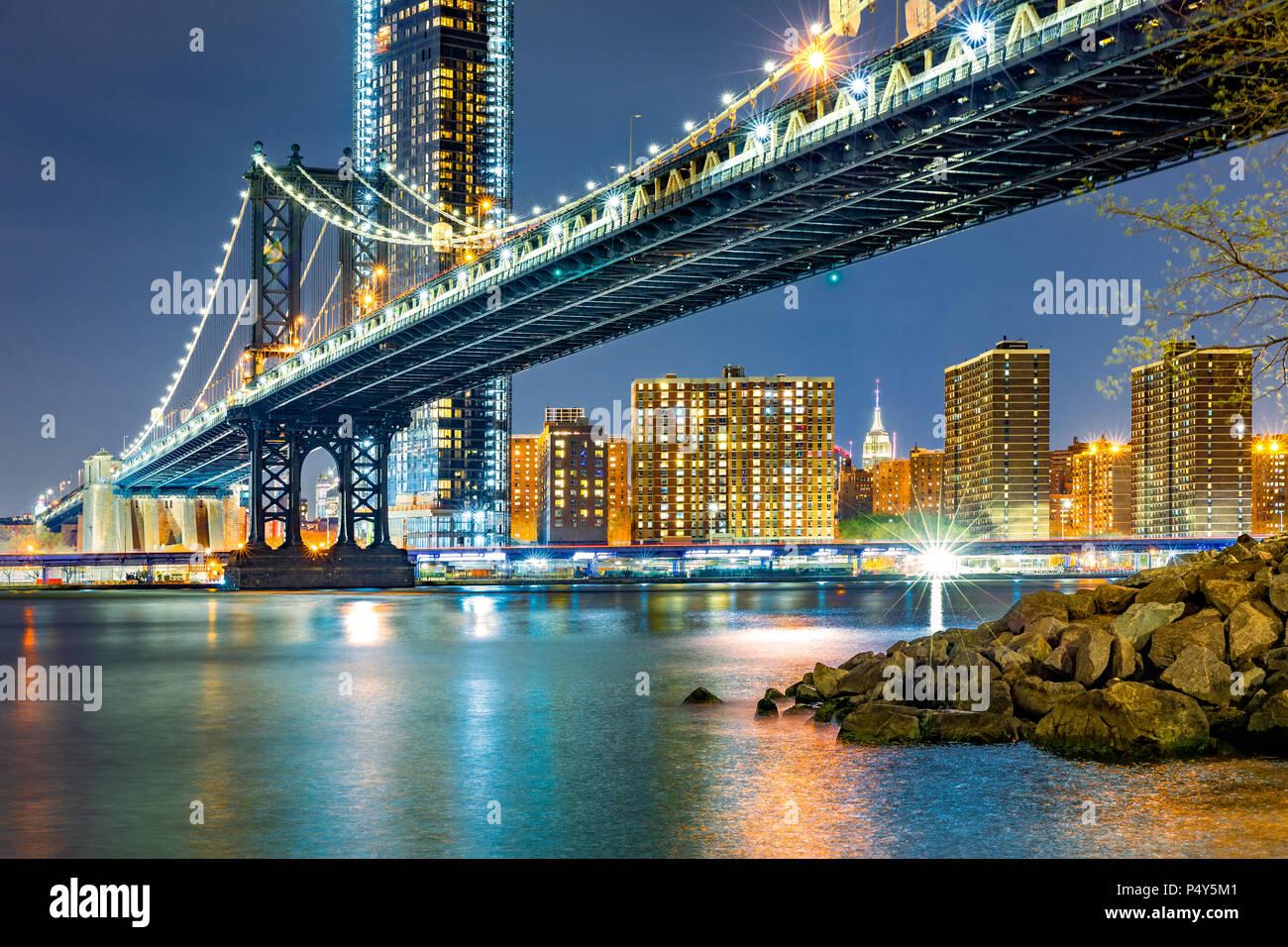 Manhattan Bridge bei Nacht Stockbild