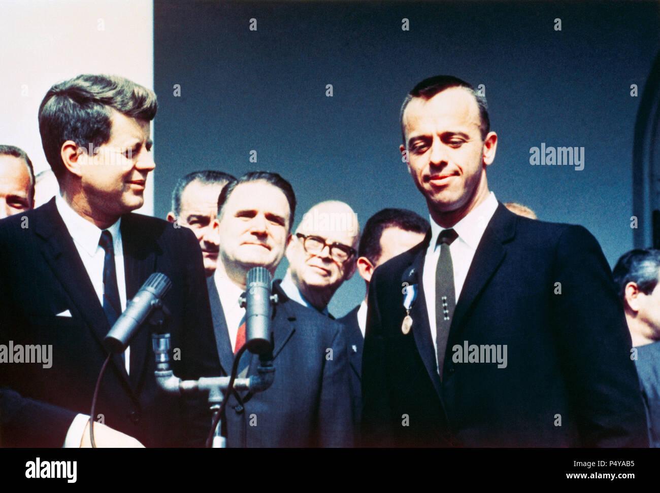 (8. Mai 1961) - - - Präsident John F. Kennedy (links) gratuliert der NASA Distinguished Service Medal Award Empfänger Astronaut Alan B. Shepard jr. in einem Rosengarten Zeremonie am 8. Mai 1961, im Weißen Haus. Stockfoto