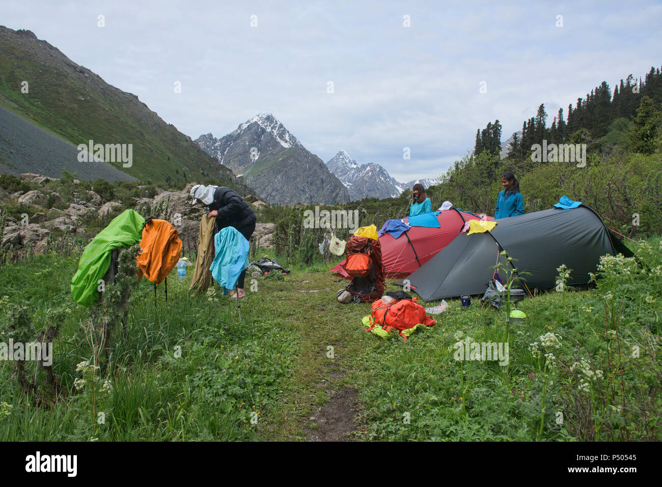 Bunte alpine Camp in den Tian Shan Gebirge, Karakol, Kirgisistan Stockbild