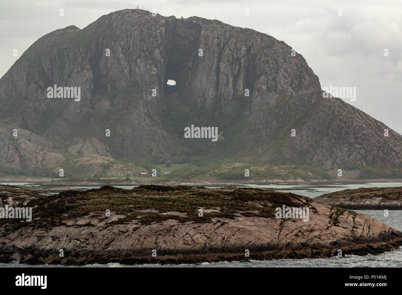 Torghatten Berg und seine unverwechselbare Loch durch den Berg gehen, klar Stockbild