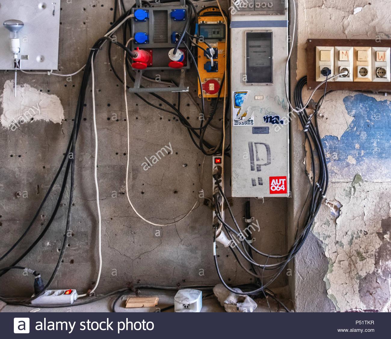Urban Decay. Marode Altbau detail, Stromversorgung Gebäude. Staubigen elektrischen Stecker & Buchsen, elektrische Drähte Stockbild