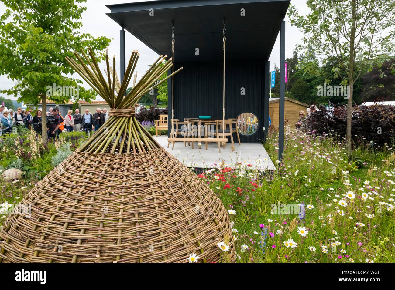 Menschen sehen Pavillion, wunderschöne Wildblumen & rattan Garten - Ccla: eine Familie Garten, RHS Chatsworth Flower Show, Derbyshire, England, UK. Stockfoto