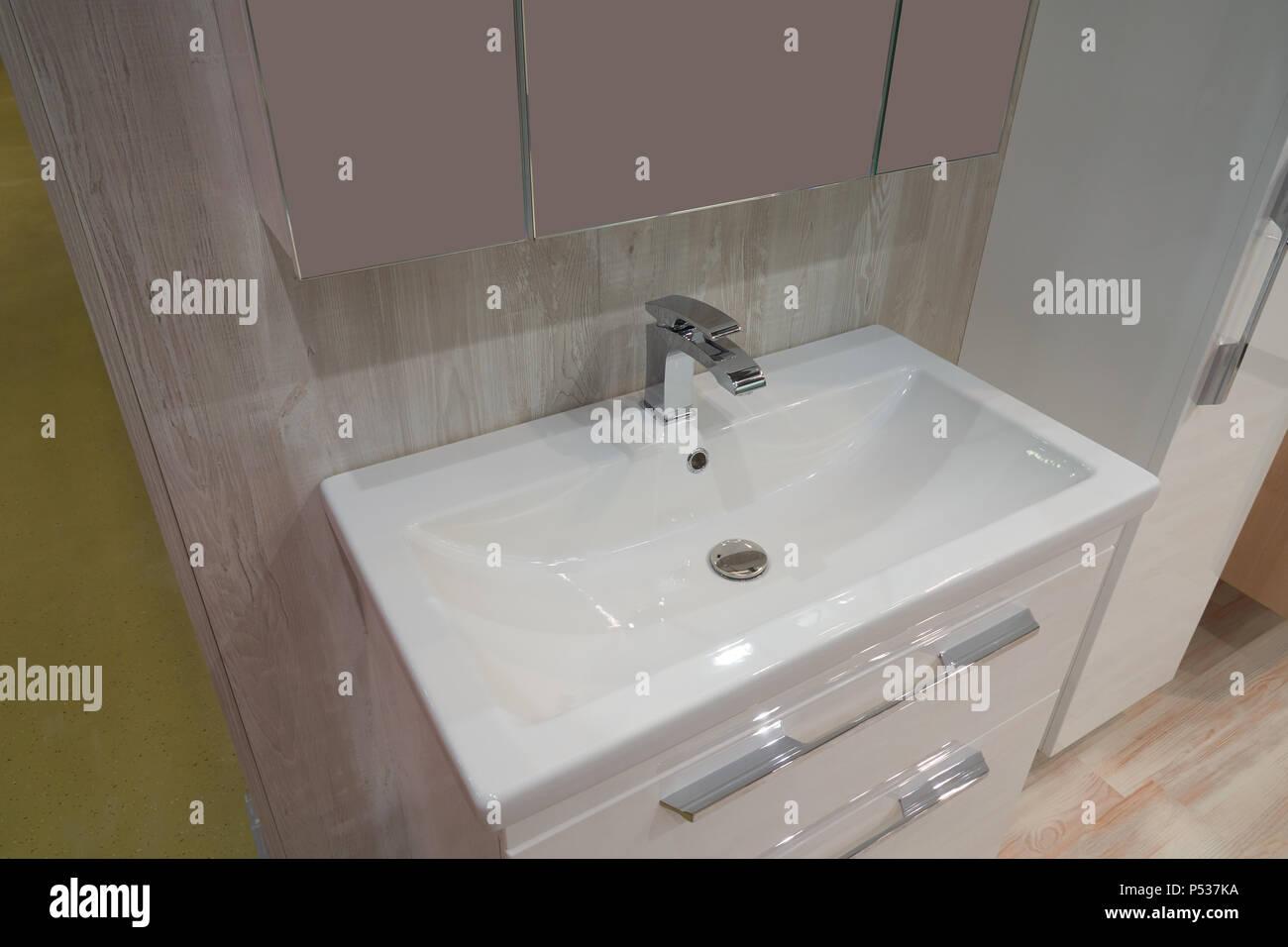 Weiß eingelassenen Waschbecken aus Keramik und Metall Mixer im ...