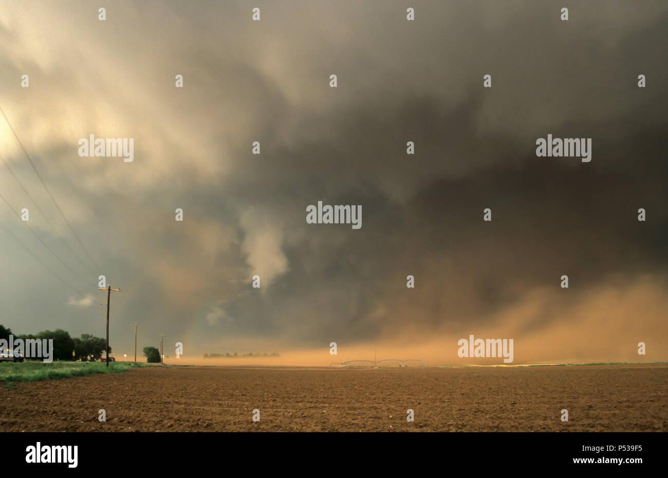 Staub wird unter dem wall cloud eine heftig rotierende Wand durch eine supercell Thunderstorm in Texas gebildet angesaugt. Stockbild