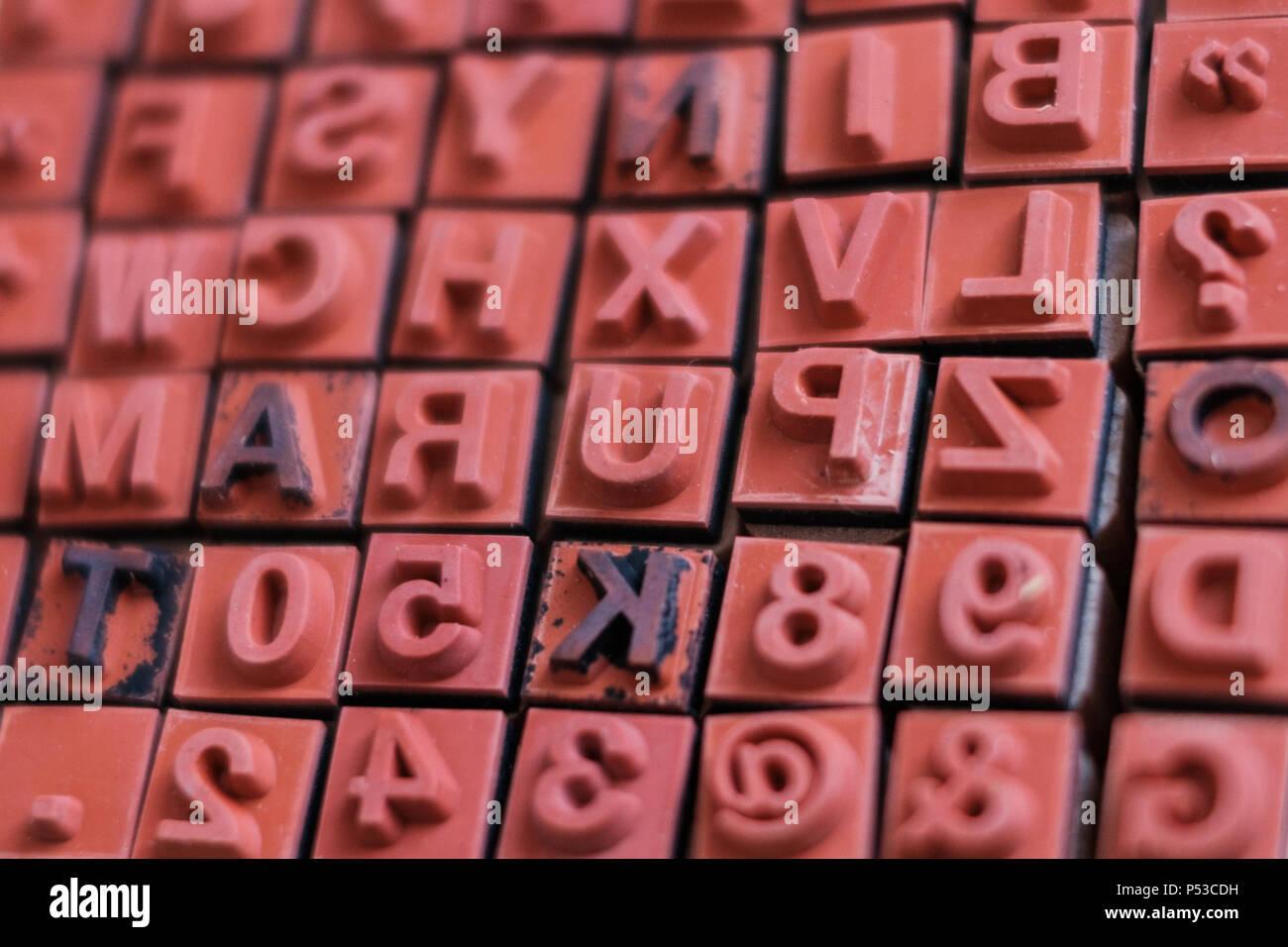 Brief Und Anzahl Briefmarken Makro Alphabet Buchdruck Stockfoto