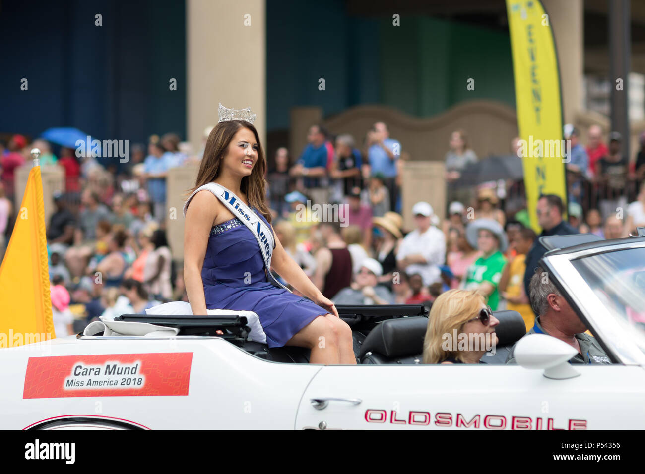Indianapolis, Indiana, USA - 26. Mai 2018, Cara, Mund, Miss America 2018 Reiten auf einem Oldsmobile 1970 classic car, bei der Indy 500 Parade Stockbild