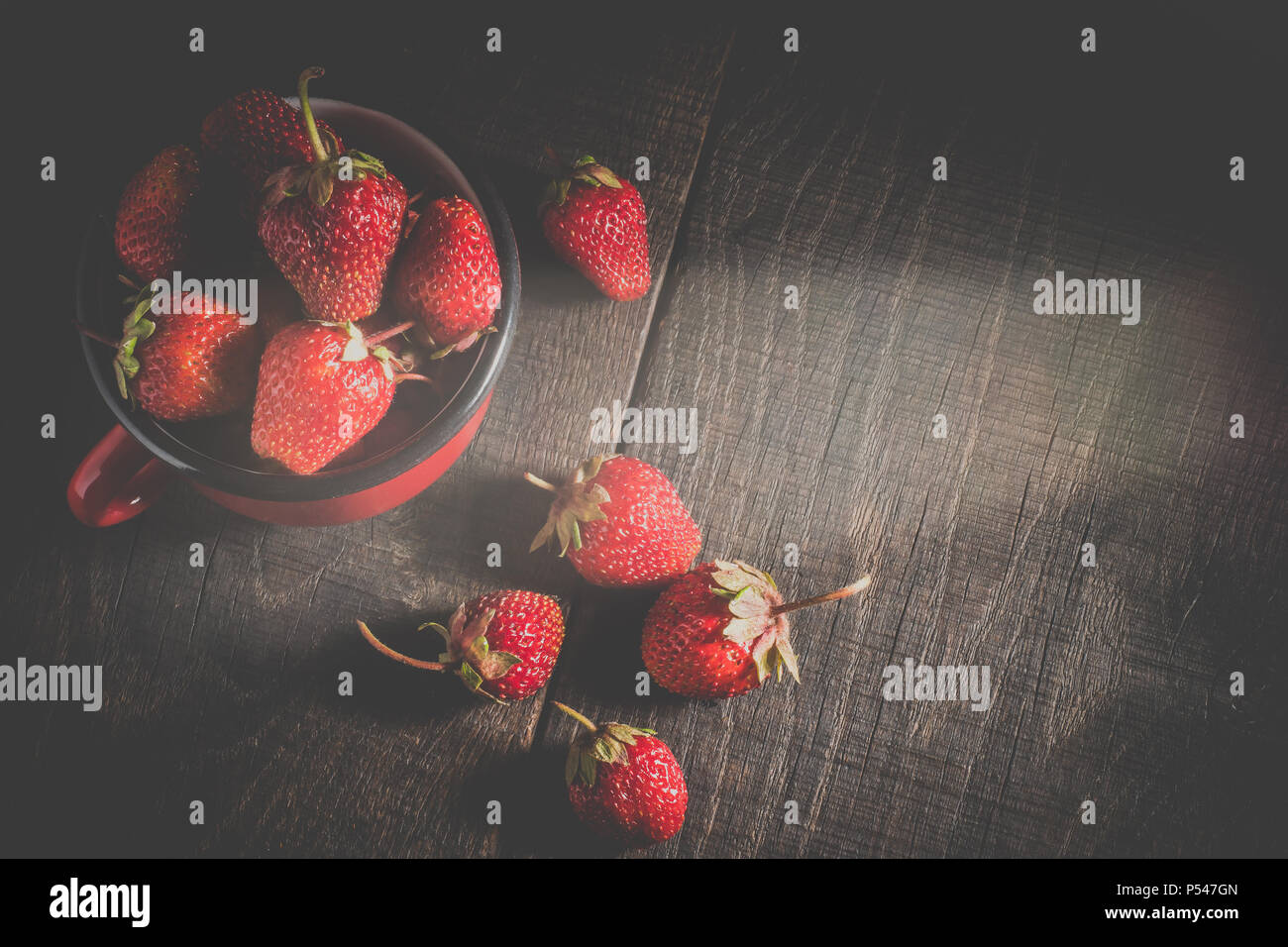 Lein-Wand-Bild Essensbilder Früchte Erdbeeren in weißer Schale auf dunklem Holz