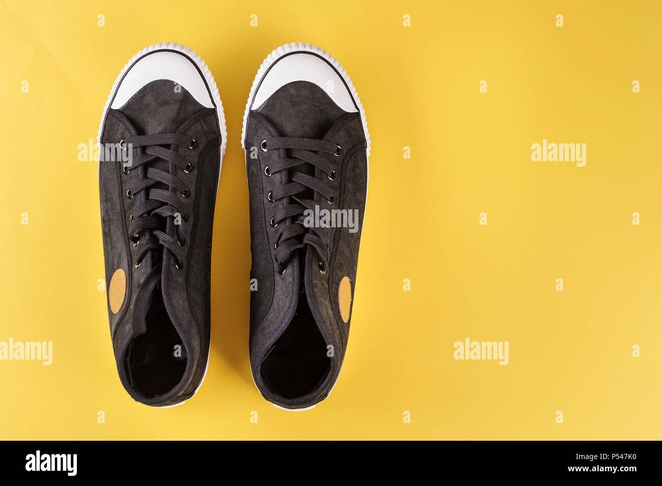 Schwarzer Sneaker Stockfotos & Schwarzer Sneaker Bilder Alamy