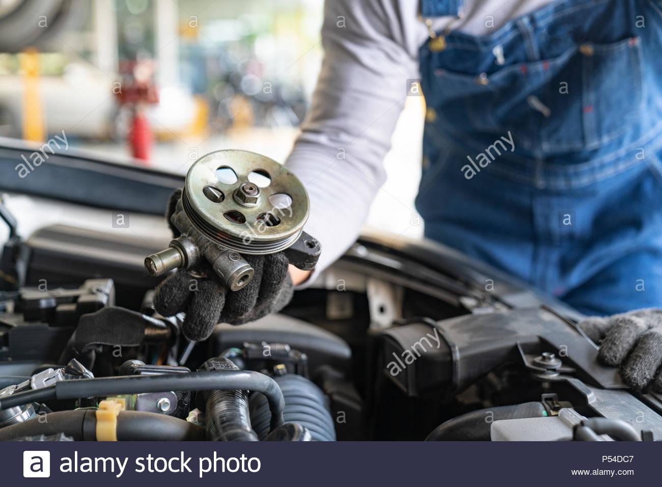 Hand der Automechaniker. Auto Reparatur Stockbild