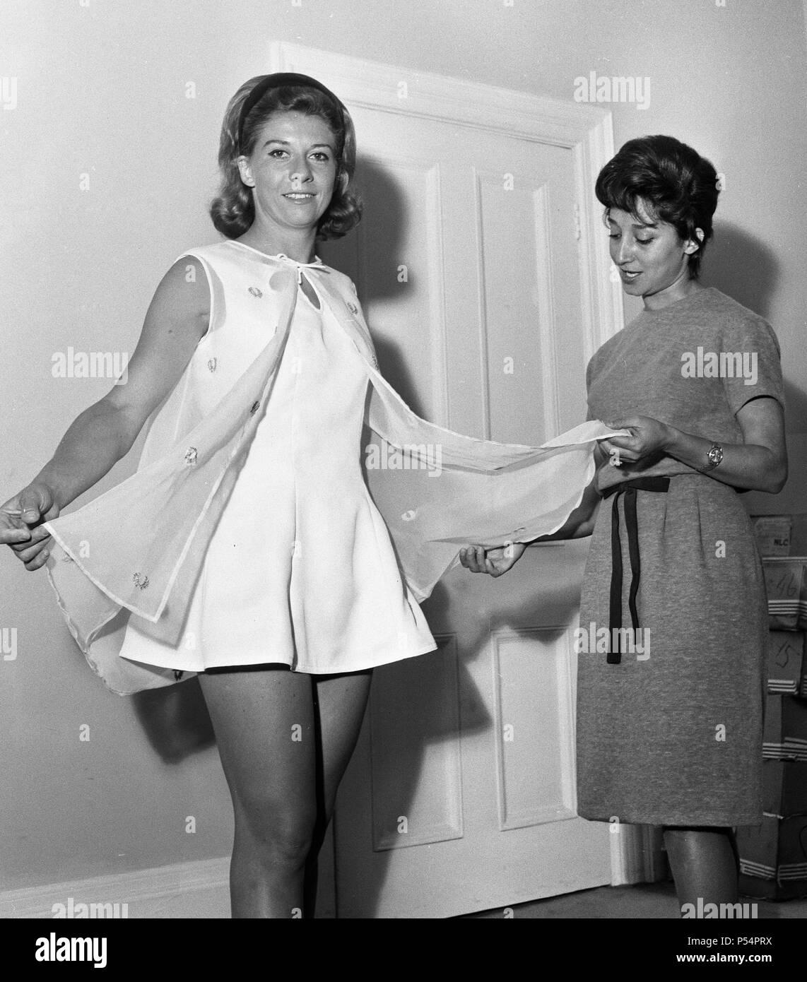 Vor Wimbledon Moden Fotoshooting. Lea Pericoli das Tragen einer Prinzessin  line Tennis Kleid in tricel mit Blütenblatt Aussparungen am Ausschnitt  gekrönt von einem Nylon organza cloack bestickt mit einer goldenen  Lorbeerkranz Motiv.