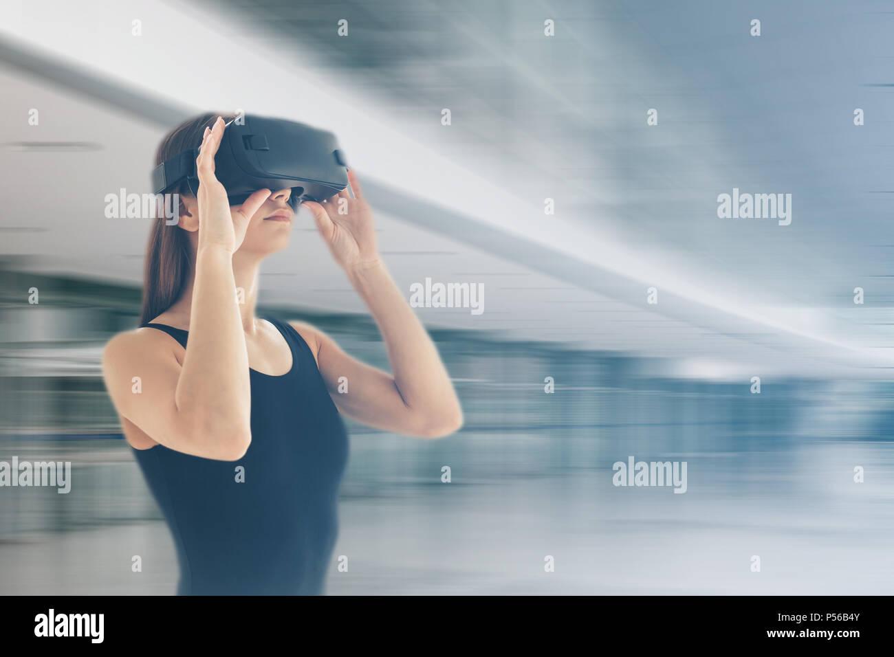 Junge Frau mit Virtual reality Brillen. Technologie der Gegenwart und der Zukunft Stockbild