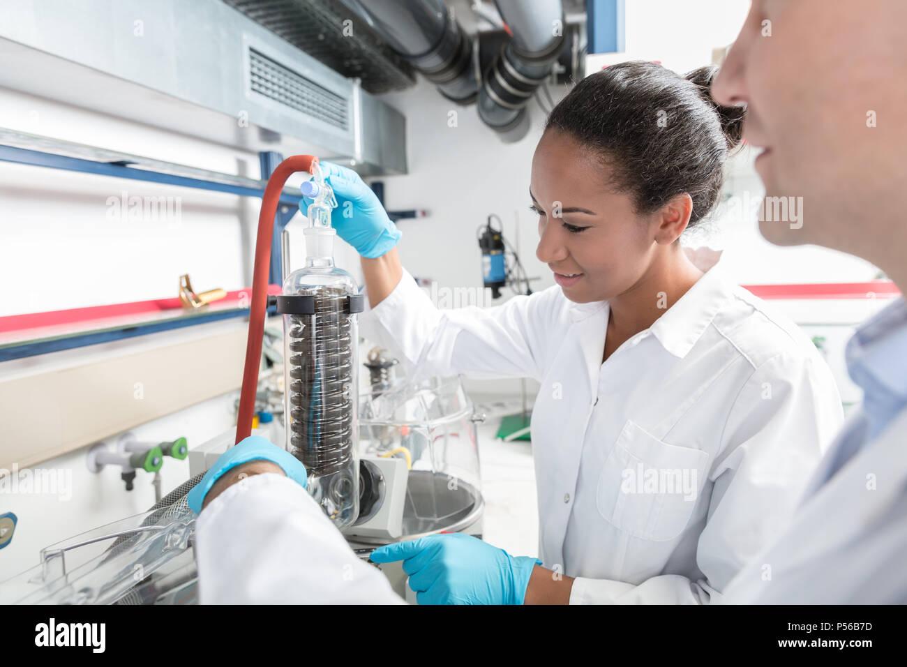 Forscher Vorbereitung Test im wissenschaftlichen Labor Stockbild