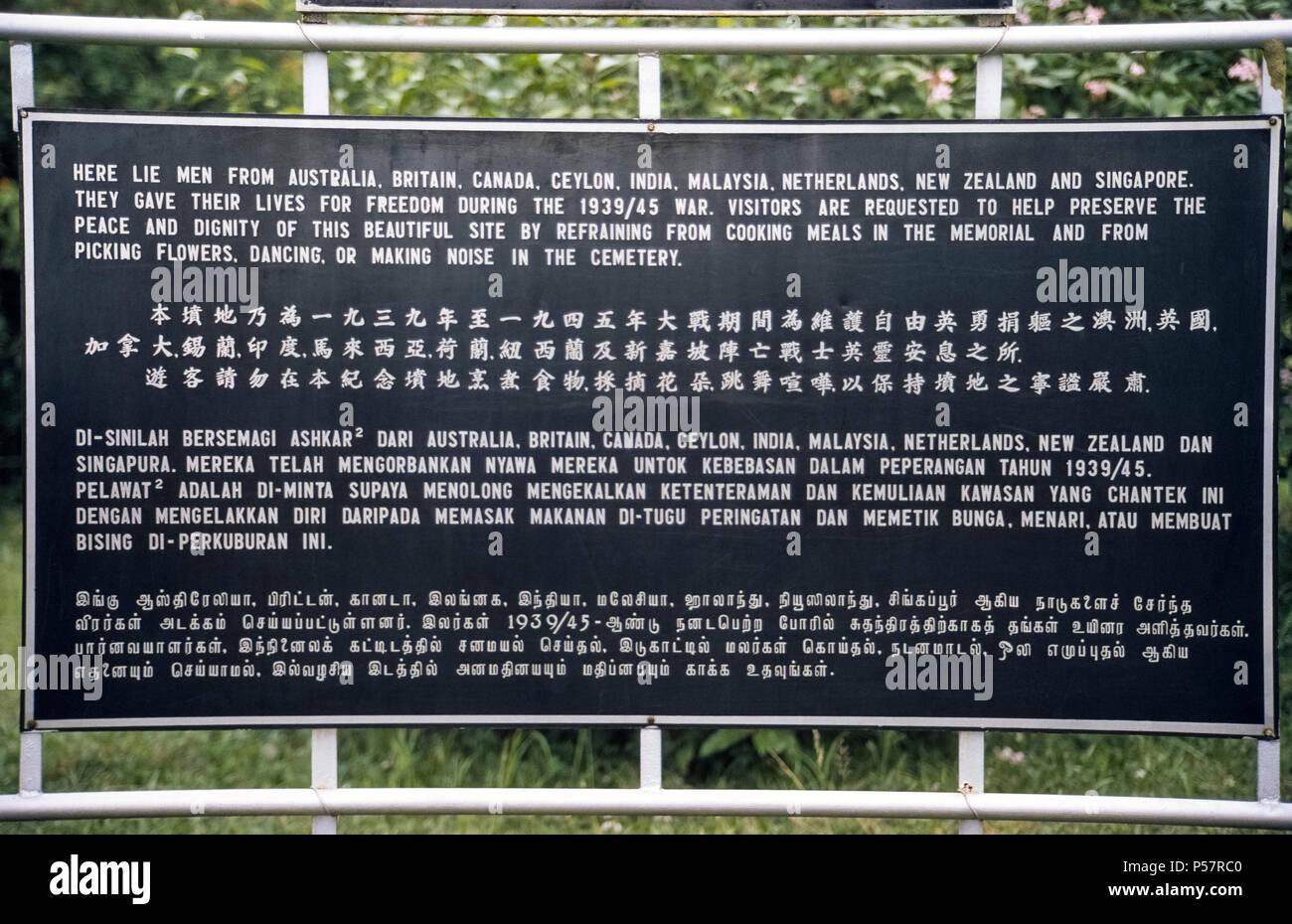 Ein Zeichen in vier Sprachen unerwartet Zugriffe Besucher nicht zu kochen, Blumen, Tanz, oder Geräusche in der Kranji War Memorial, einem Hügel Friedhof in Singapur, ehrt Soldaten aus neun Nationen, die ihr Leben in der Linie der Aufgabe gab während des Zweiten Weltkrieges. Weiße Grabsteine mark die Überreste von 4,461 Frauen und Männer aus Australien, Großbritannien, Kanada, Ceylon (heute Sri Lanka), Indien, Malaysia, Niederlande, Neuseeland und Singapur. Stockfoto