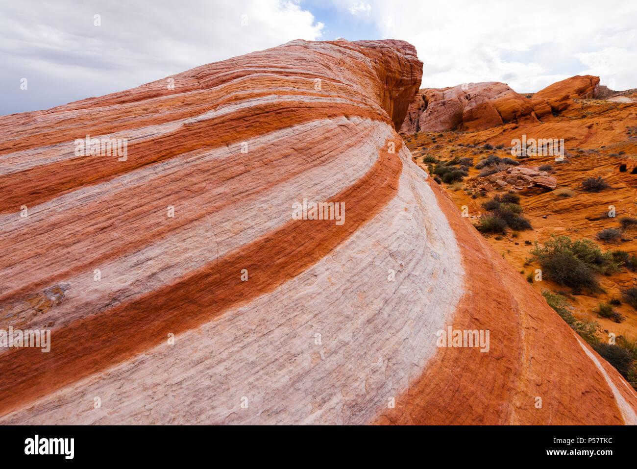 Der Brand Wave, eine von vielen Funktionen von versteinerten Sanddünen erstellt der einzigartigen Landschaft des Valley of Fire State Park im südlichen Nevada erstellen über Stockfoto