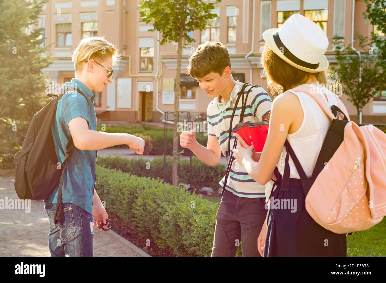 Grüße Gruppe glücklich Jugendliche 13, 14 Jahre zu Fuß entlang der ...