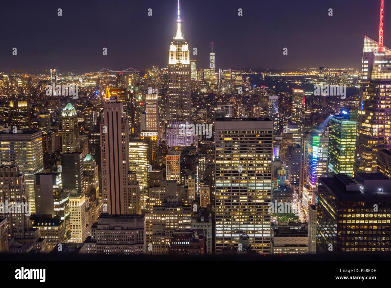 New York City Skyline bei Nacht wie von der Spitze des Felsens zu ...