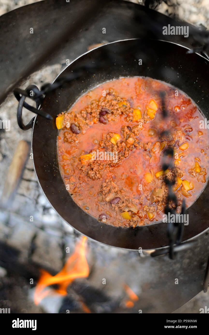 Chili Con Carne Kochen über Einem Grill Stockfoto Bild 209795877