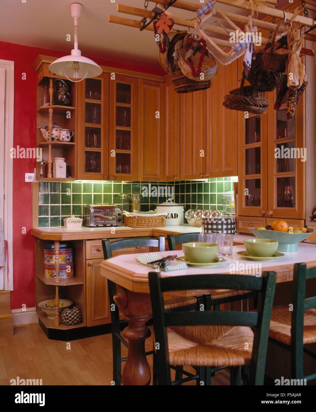Green Rush sitzen Stühle an den Tisch für das Mittagessen in rosa ...