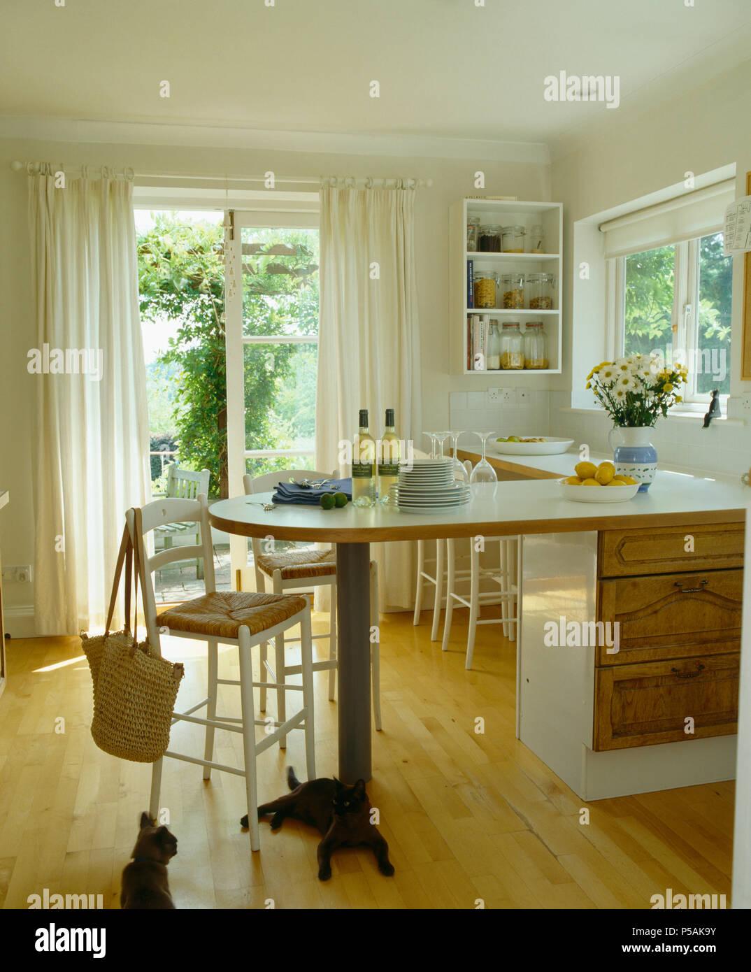 Rush - Sitz Hocker bei Frühstück bar in Weiß Land Küche mit ...