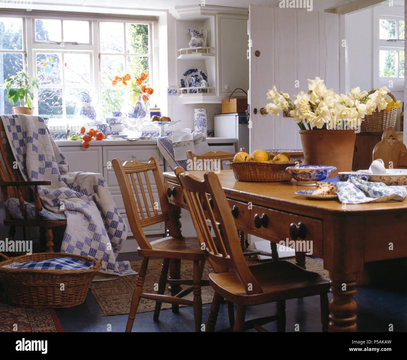 Kiefer Tisch und Stühle im Cottage Küche mit Blau + weiß Patchwork ...