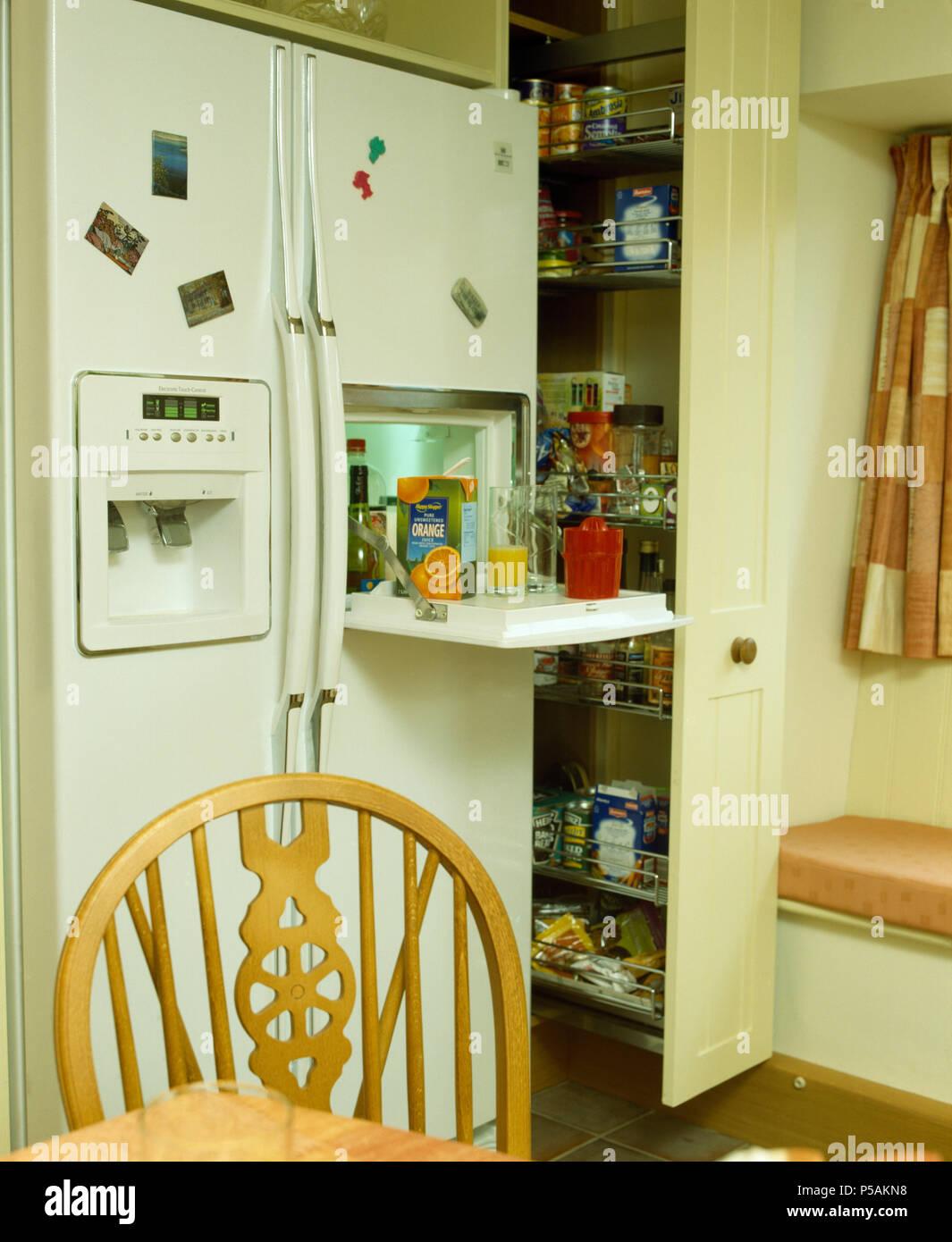 Küche Mit Amerikanischem Kühlschrank Und Ausziehbarem Speisekammer Schrank