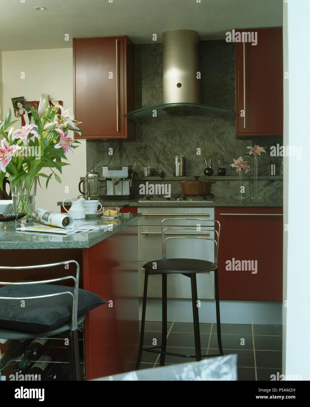 Chrom Hocker an der Theke in der modernen Küche mit Edelstahl ...