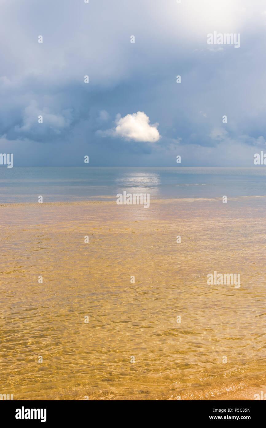 Der Horizont der Ostsee mit Wolken Stockbild