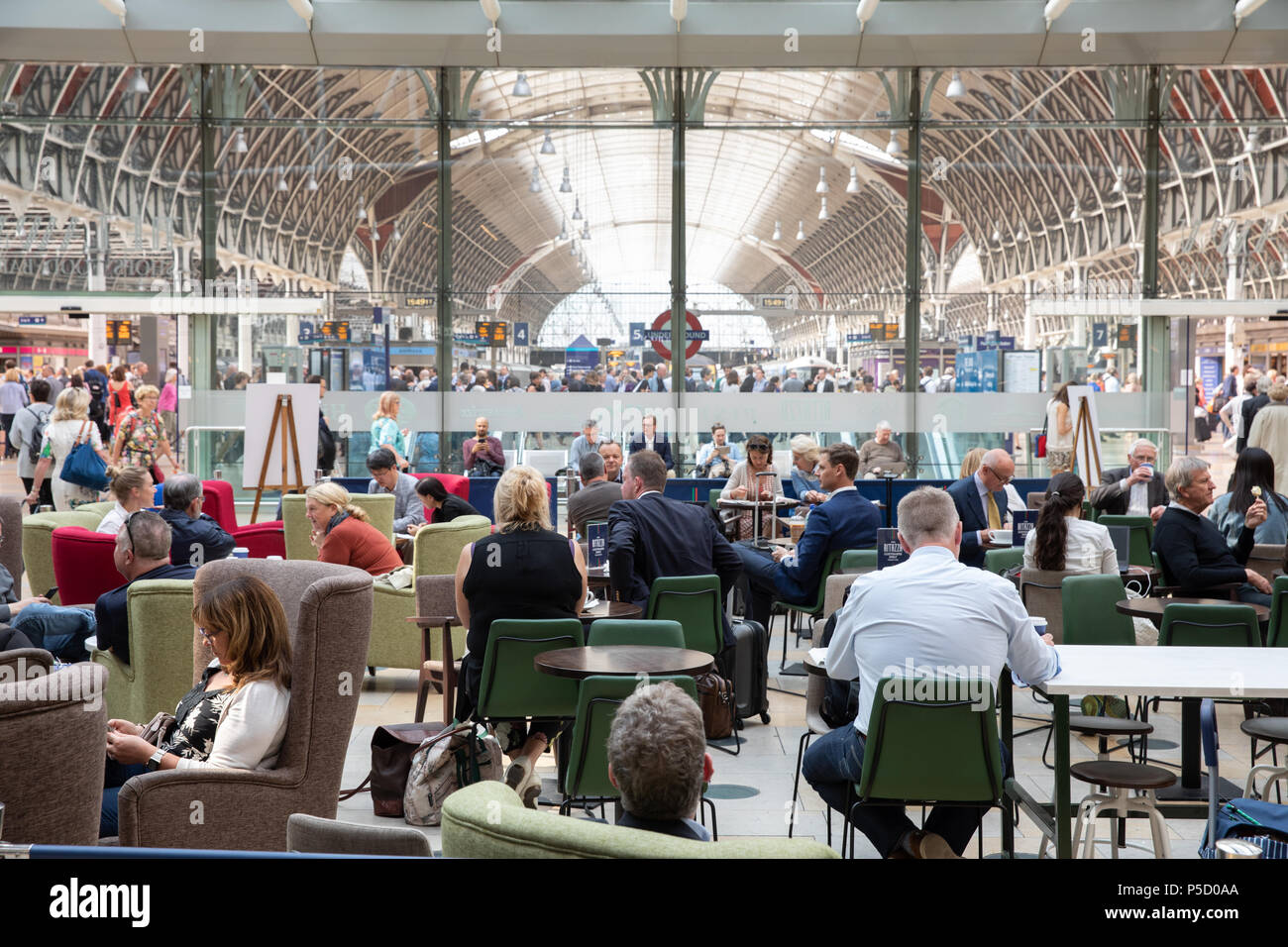 Caffe Ritazza in der Paddington Station, London. Stockbild