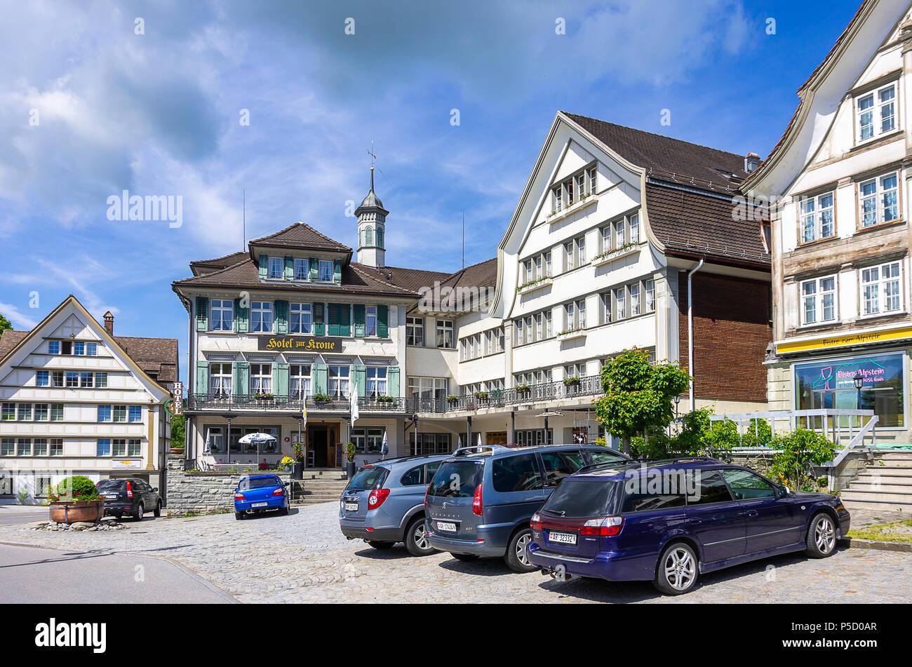 Das HOTEL ZUR KRONE auf dem Dorfplatz von Gais, Appenzell Ausserrhoden, Schweiz. Stockfoto