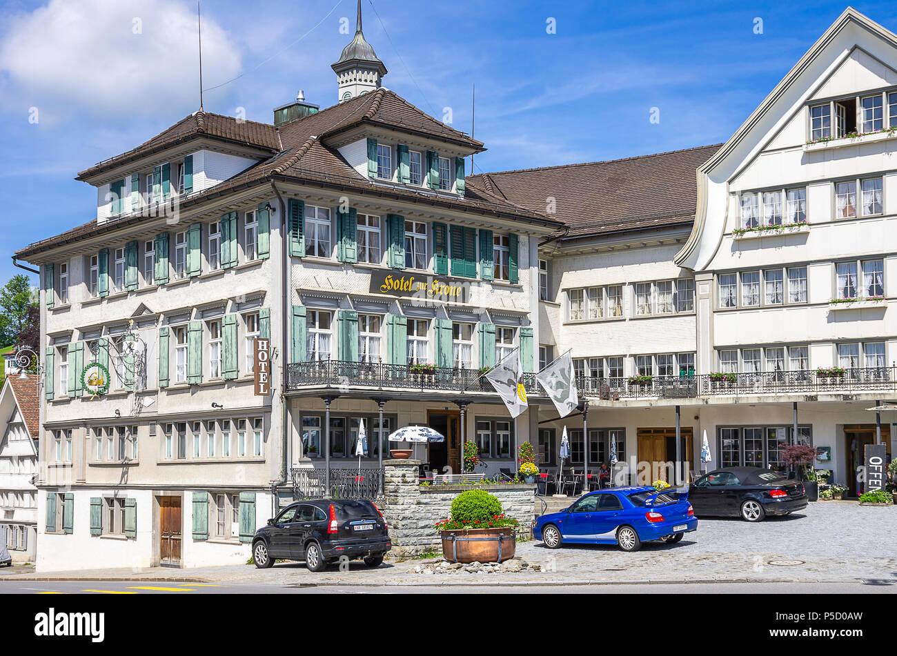 Das HOTEL ZUR KRONE auf dem Dorfplatz von Gais, Appenzell Ausserrhoden, Schweiz. Stockbild