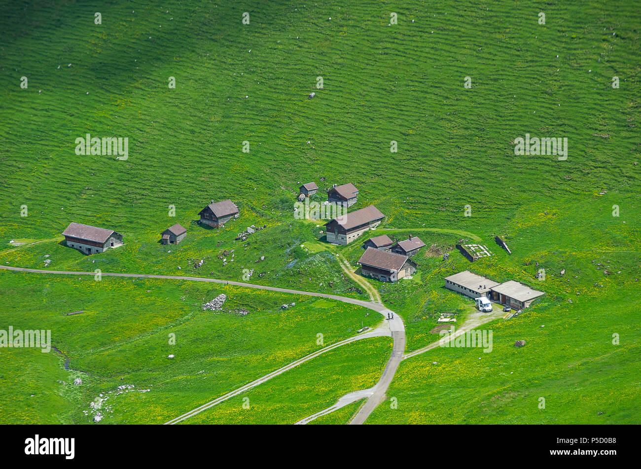 Homestead auf der Schwägalp in den Schweizer Alpen, im Kanton Appenzell Ausserrhoden, Schweiz, vom Säntis Seilbahn gesehen. Stockfoto
