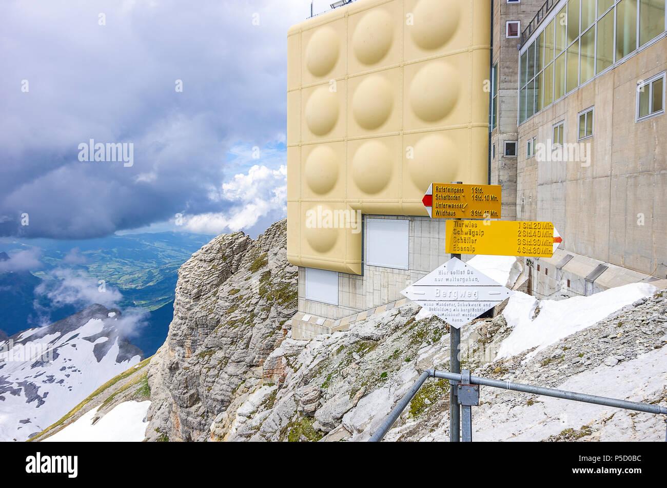 Auf dem Gipfel des Säntis, Appenzell Alpen, Schweiz - fingerposts und Bergstation Gebäude. Stockfoto