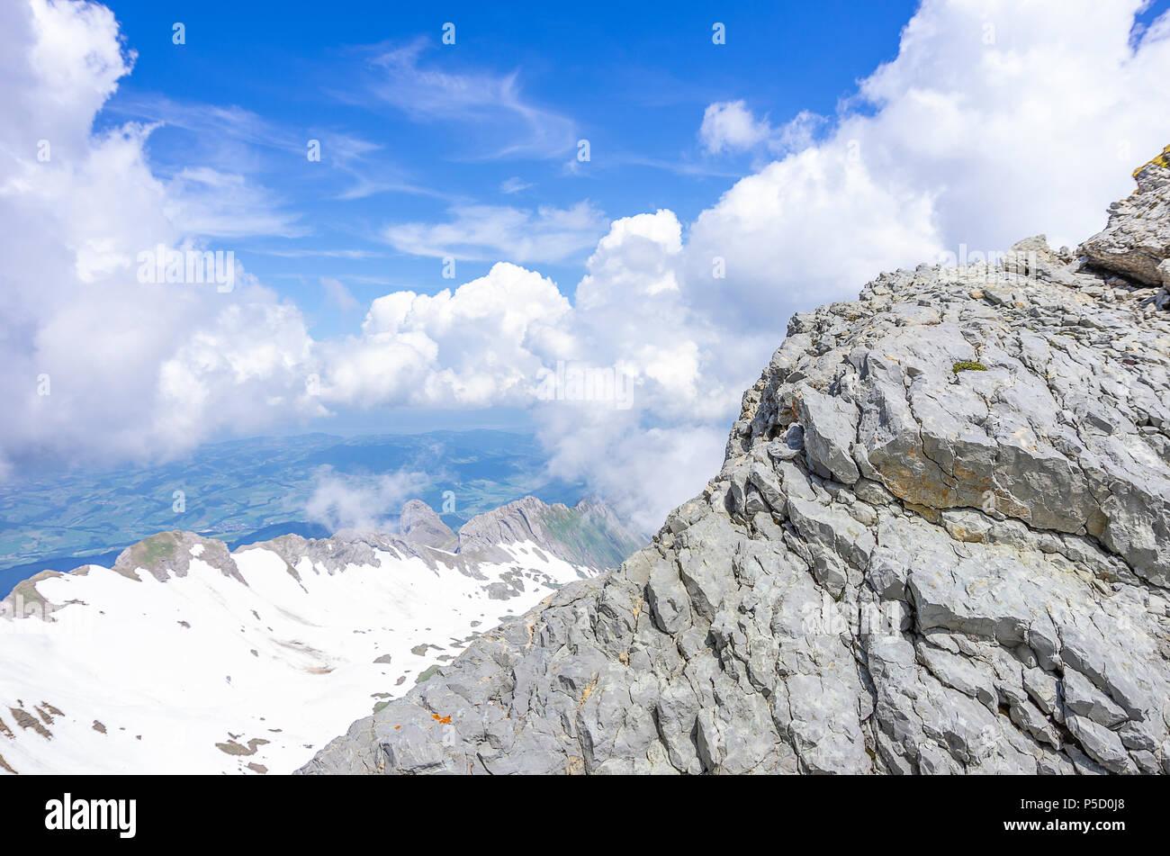Auf dem Gipfel des Säntis, Appenzell Alpen, Schweiz - Blick auf die umliegende Landschaft. Stockfoto