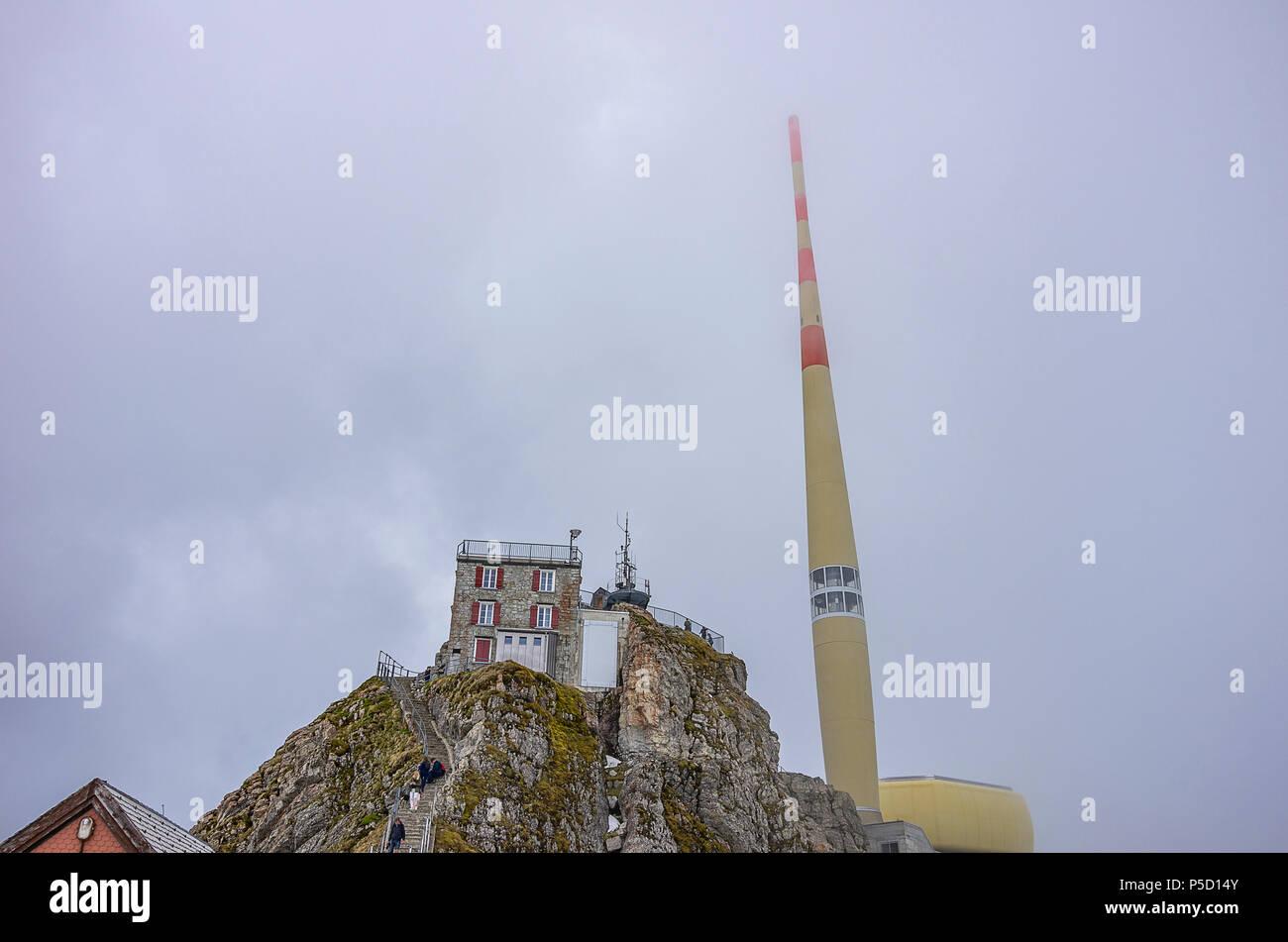 Auf dem Gipfel des Säntis, Appenzell Alpen, Schweiz - Nebengebäude und Sender. Stockfoto