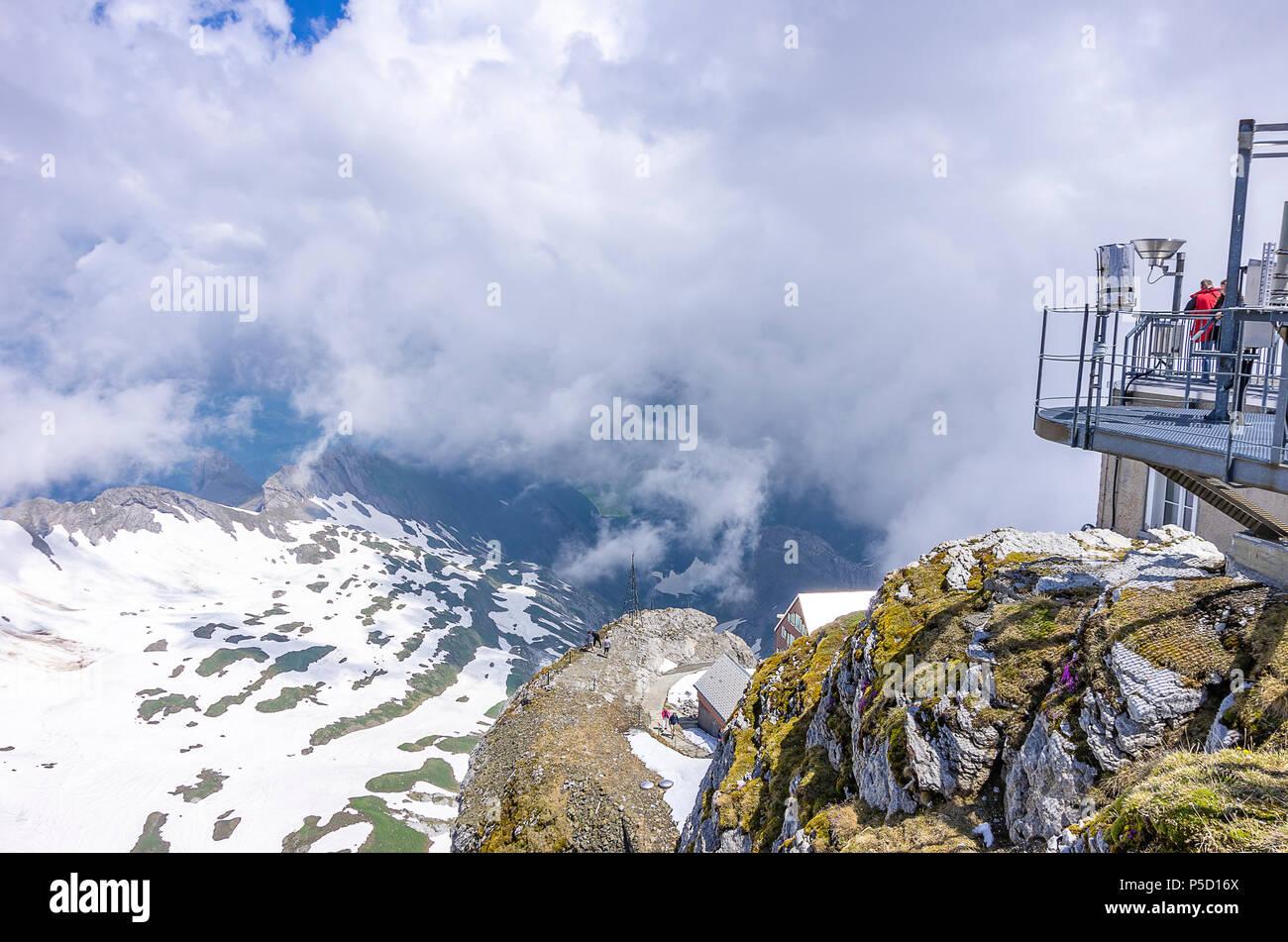 Auf dem Gipfel des Säntis, Appenzell Alpen, Schweiz - Wetterstation und Sternwarte Gebäude mit Blick auf die umliegenden Berge. Stockfoto
