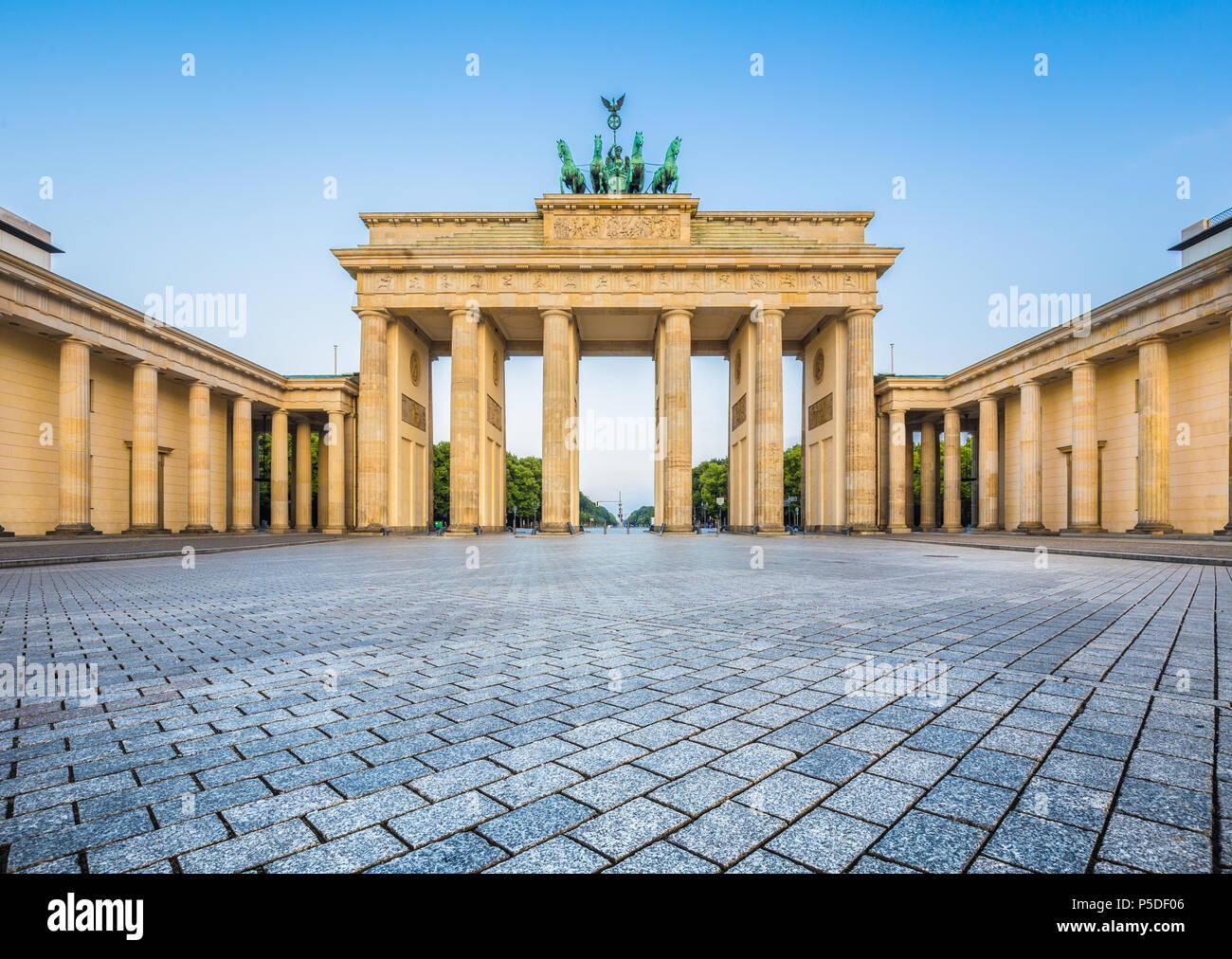 Berühmten Brandenburger Tor (Brandenburger Tor), eines der bekanntesten Wahrzeichen und nationale Symbole Deutschlands, im schönen goldenen Morgenlicht auf Sonne Stockbild