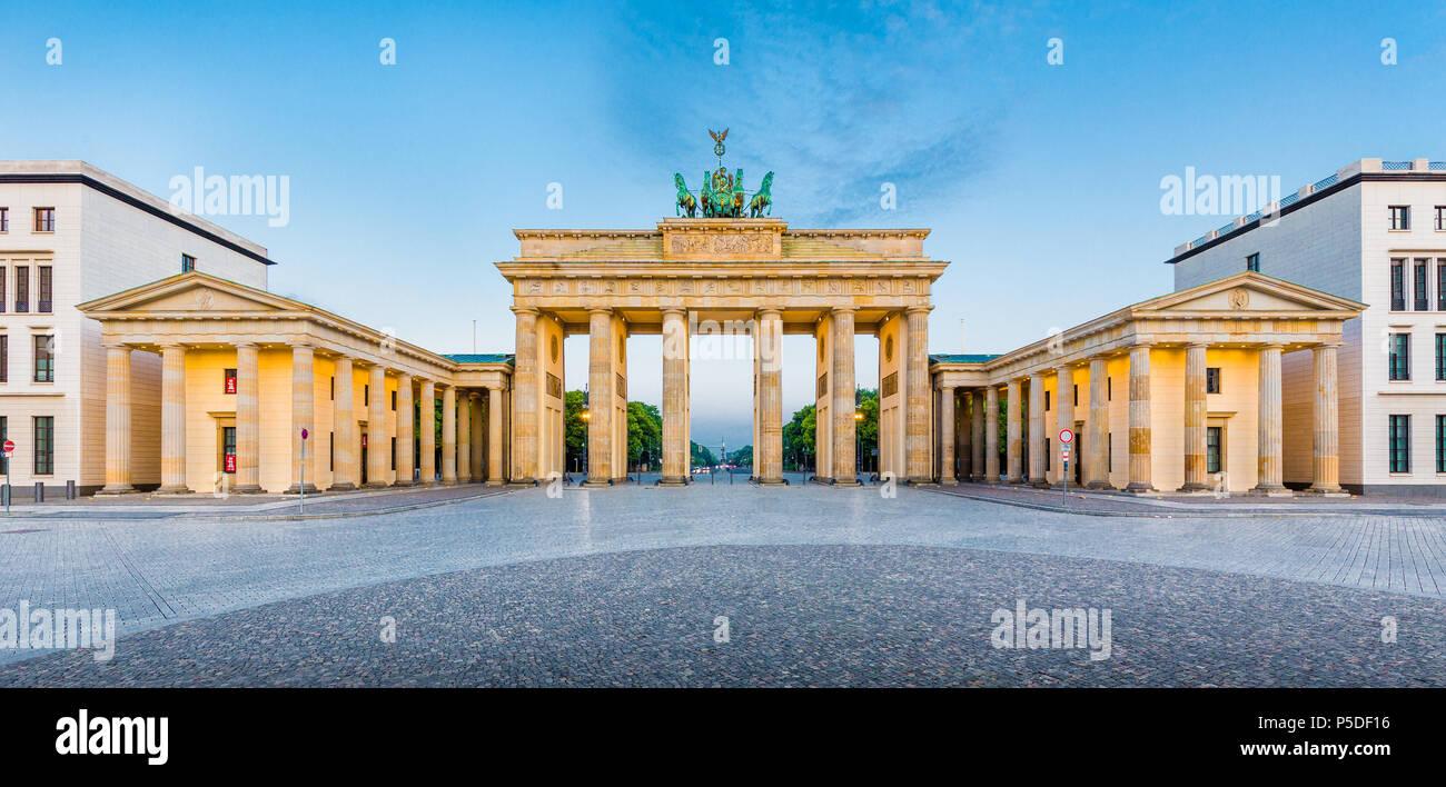 Panorama des berühmten Brandenburger Tor (Brandenburger Tor), eines der bekanntesten Wahrzeichen und nationale Symbole Deutschlands, im schönen goldenen mo Stockbild