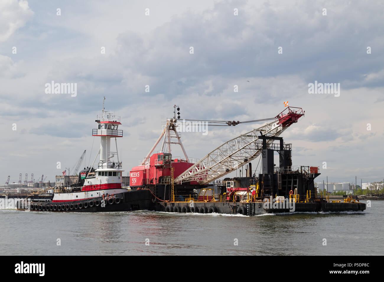 Wochen Marine Schlepper Katherine Richtung Osten auf den New Yorker Hafen mit Wochen 551. Stockfoto