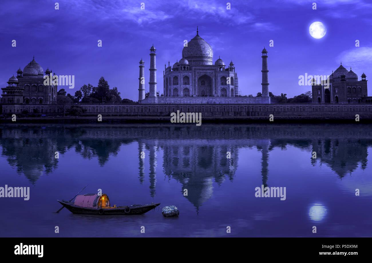 Taj Mahal in Agra Vollmond Nacht mit Holz- Boot auf dem Fluss Yamuna. Foto geschossen von mehtab Bagh. Stockbild