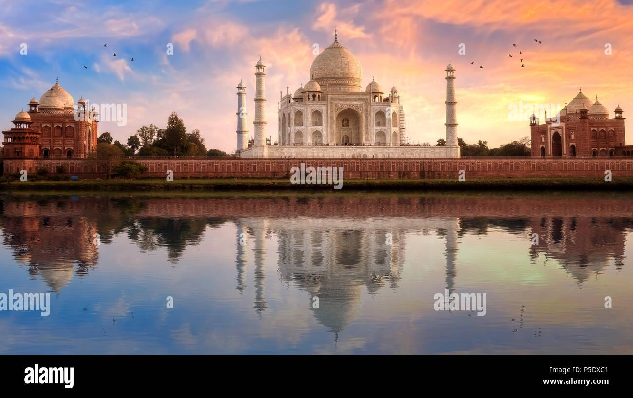 Taj Mahal in Agra, mit Blick von Ost und West Gate bei Sonnenuntergang mit Wasser Reflexion. Stockbild