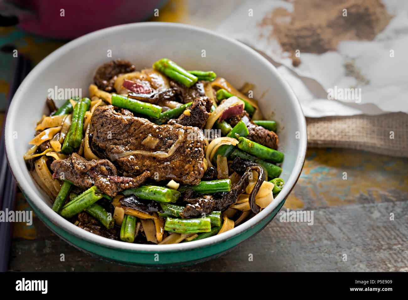 Wok gebratene Rindfleisch, grüne Bohnen, Pilze mit Reisnudeln ...