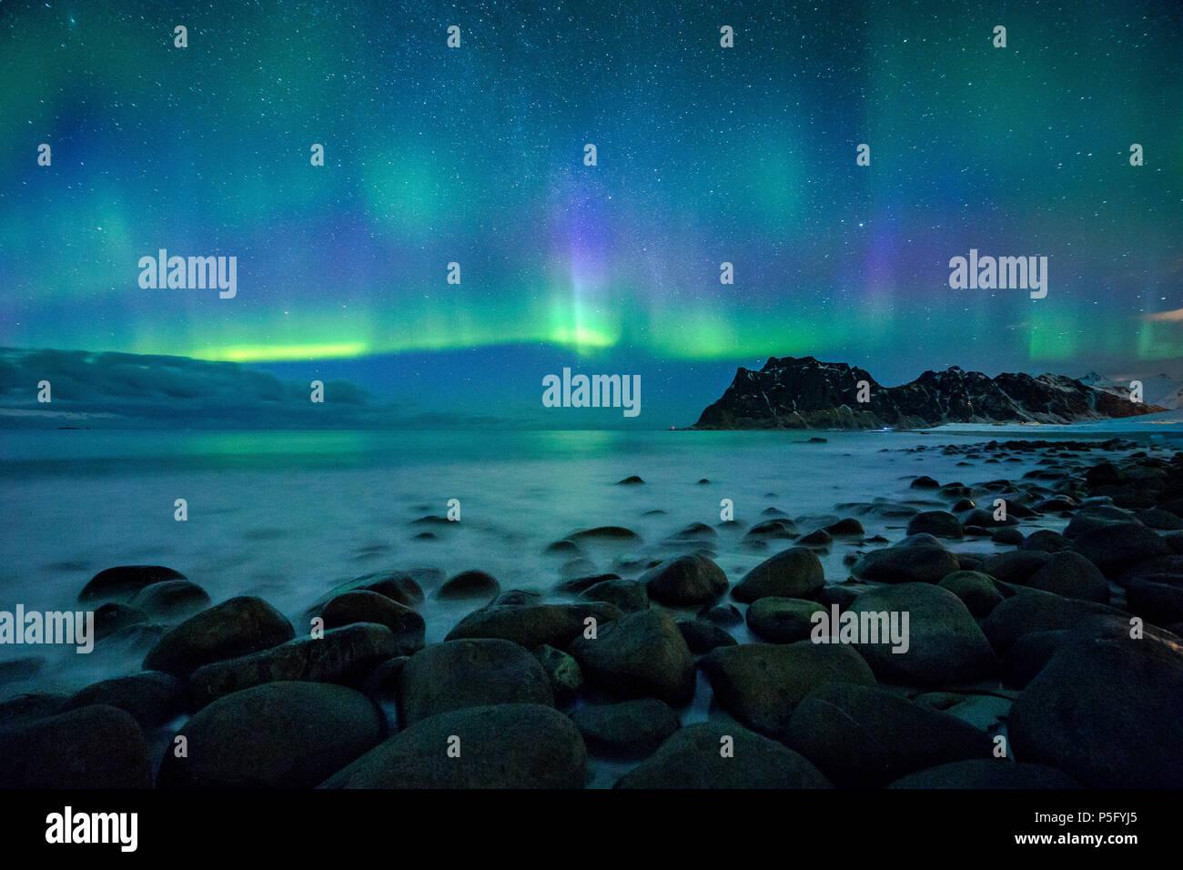 Erstaunlich Aurora Borealis tanzen über berühmte Uttakleiv Strand während eines kalten arktischen Nacht auf den Lofoten Inseln im Winter, Norwegen, Skandinavien Stockbild