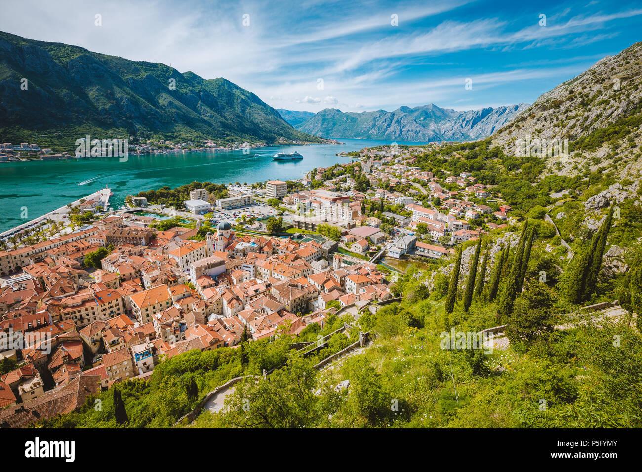 Herrlicher Panoramablick auf die historische Altstadt von Kotor mit berühmten Bucht von Kotor an einem schönen sonnigen Tag mit blauen Himmel und Wolken, Montenegro, Balkan Stockfoto